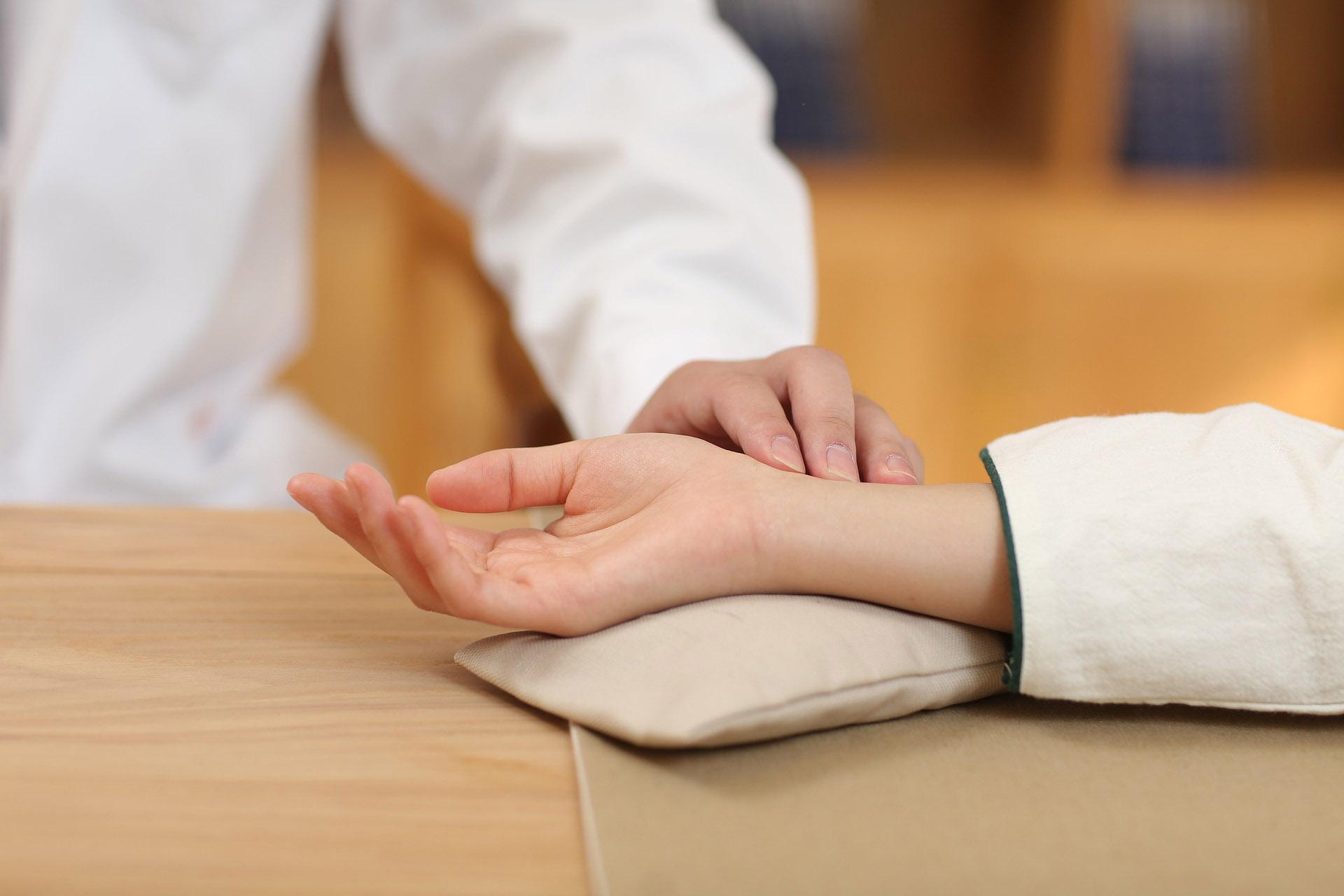 古代中医是如何给人看病的?中医养生方法有什么?