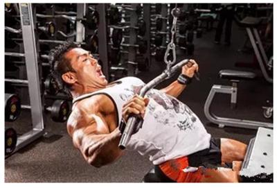 为什么圆肩驼背?背部训练中常见的错误姿势