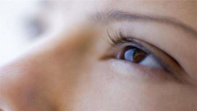 眼袋让你看起来很老!女人眼袋到底是怎么来的?