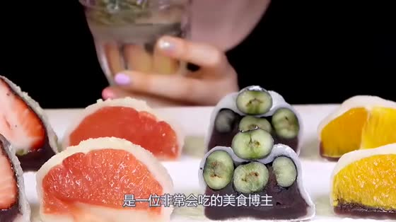 """小姐姐吃新奇零食""""回形针"""",大口嚼嘎嘣脆,网友:有趣又好玩!"""