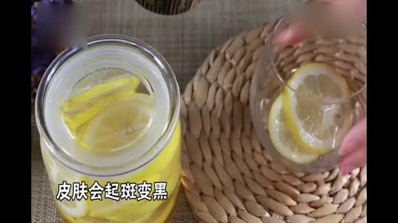 女孩每天喝一杯柠檬水,半个月后,发生了什么?