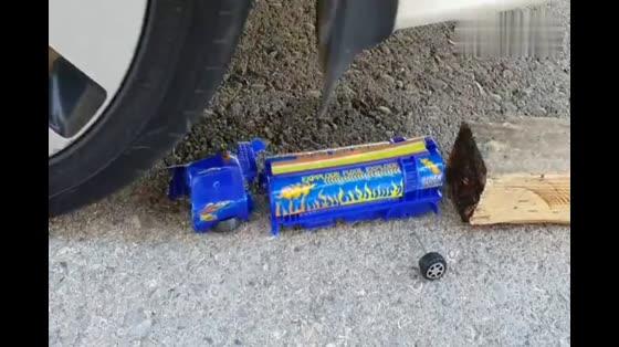 牛人脑洞大开使用小汽车碾压水瓶子,发生了什么!