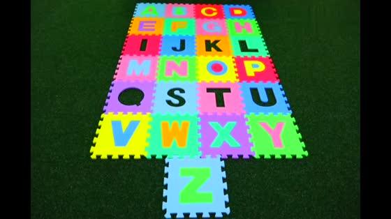 宝宝在寻找英语字母,太可爱了!