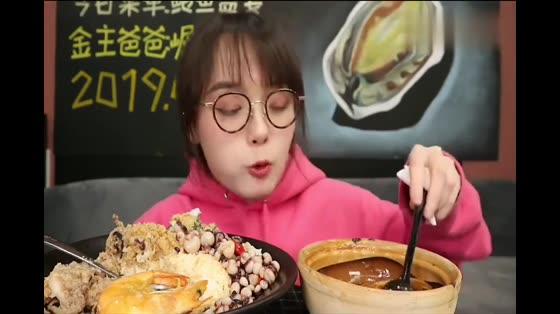 面对美食,吃播阿尤停不下来,勺子几乎不曾放下来过