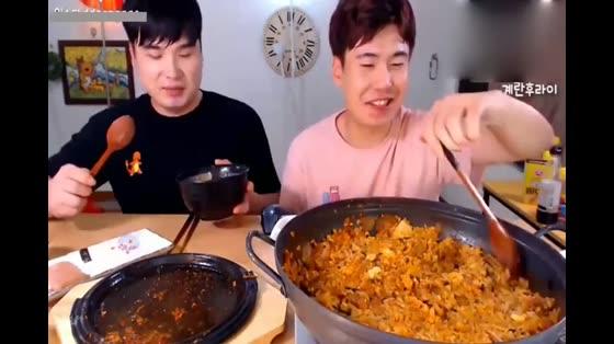 韩国大胃王兄弟吃变态辣泡菜火锅,辣得差点打起来啊