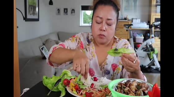泰国农村吃货胖大妈吃水煮螺丝,鲜嫩美味,清脆的蔬菜,超赞