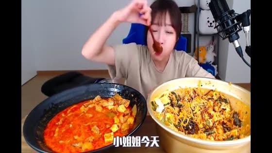 韩国大胃王卡妹,挑战吃四斤的海鲜肉,一口吃掉一大堆过瘾了
