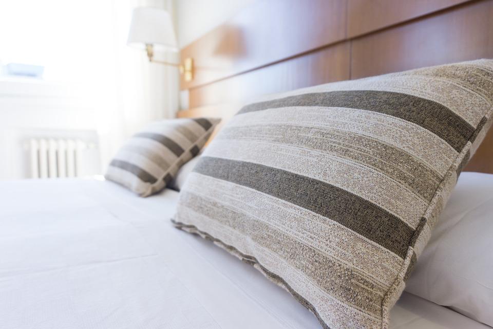 没有枕头睡觉对您的健康有好处还是有害?