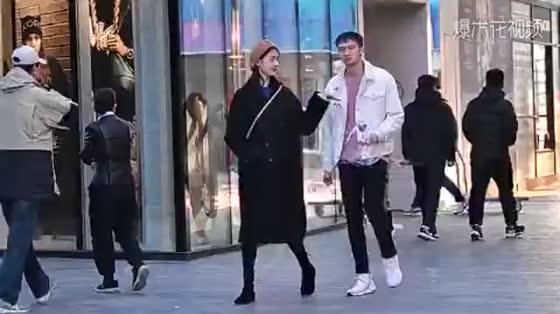 大冬天依旧阻挡不了时尚姑娘们的逛街热情,看看她们怎么搭配衣服吧