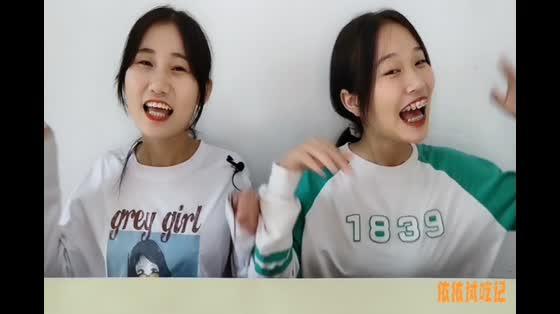 """俩女孩试吃""""发光手榴弹喷雾糖"""",拉绳灯光闪,果味香甜真有趣"""
