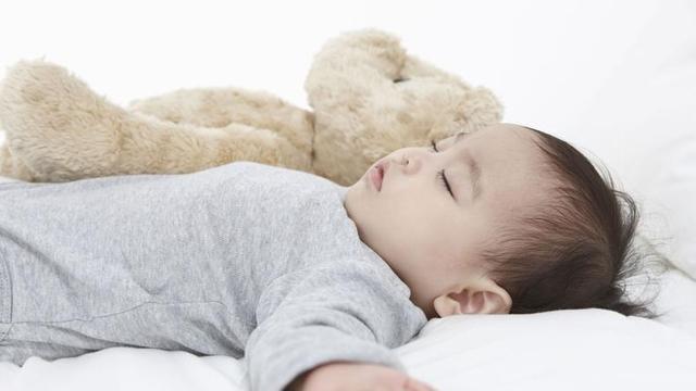 婴儿睡觉不踏实有什么表现,遇到这些情况又该怎么呢